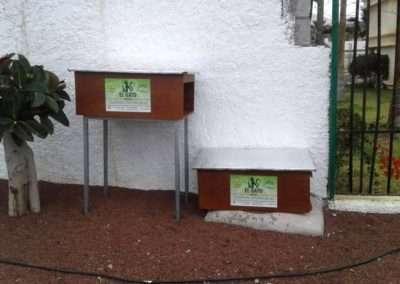 Casas para gatos en colonia felina.Distintas alturas