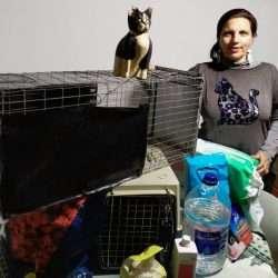 Raquel López con su kit de Gestora de Colonias Felinas