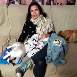 Raquel con su gato Tico y su perro Garri